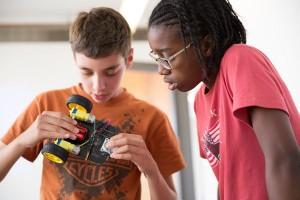 roboticsstudentsworktogether
